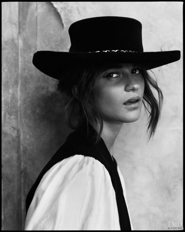 Алисия Викандер в фотосессии Elle UK (апрель 2018) - модный образ в шляпе и жилетке