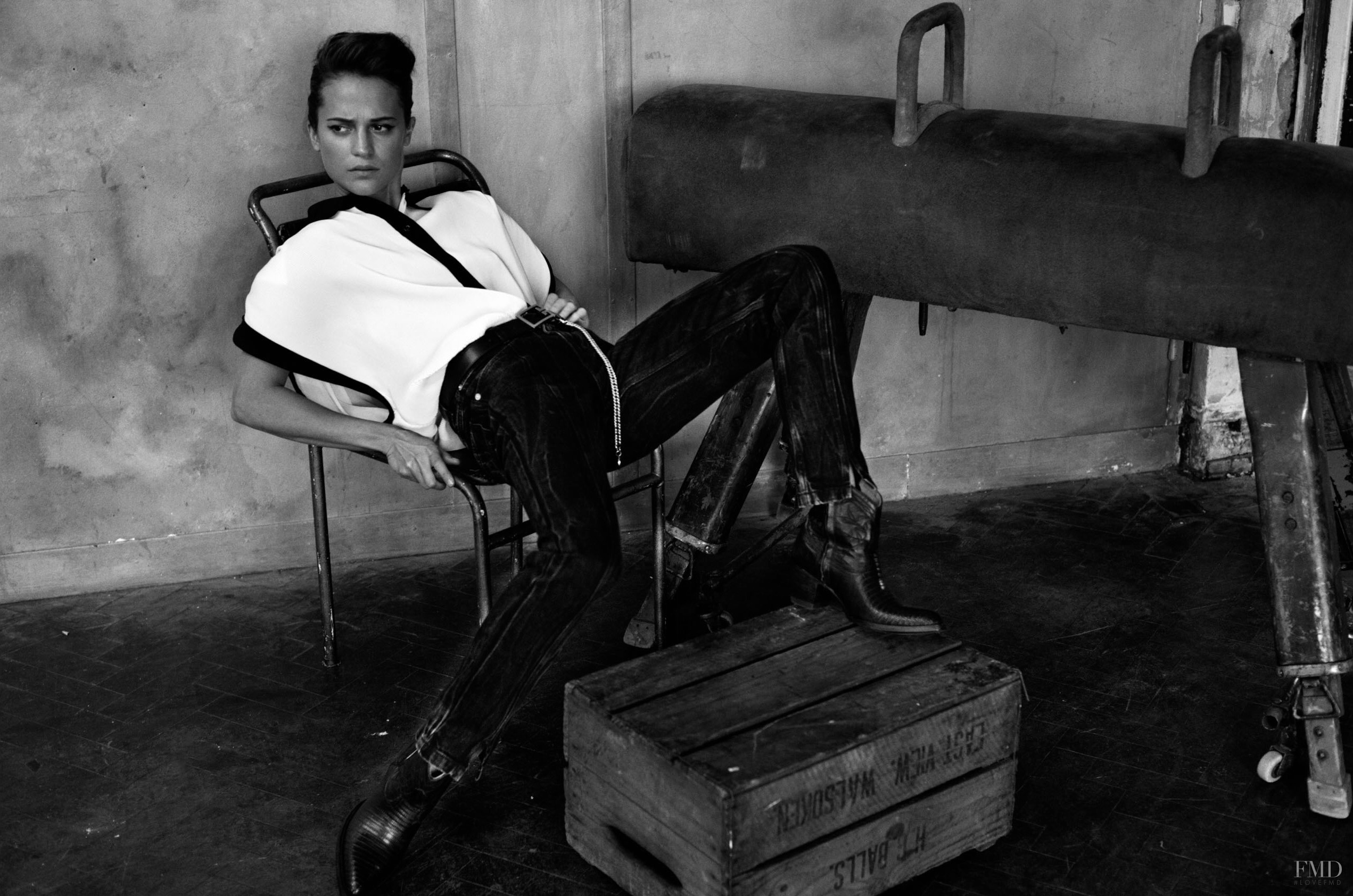 Алисия Викандер в фотосессии Elle UK (апрель 2018) - модный образ в джинсах и ковбойских сапогах