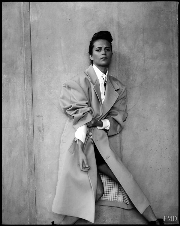 Алисия Викандер в фотосессии Elle UK (апрель 2018) - модный образ в пальто