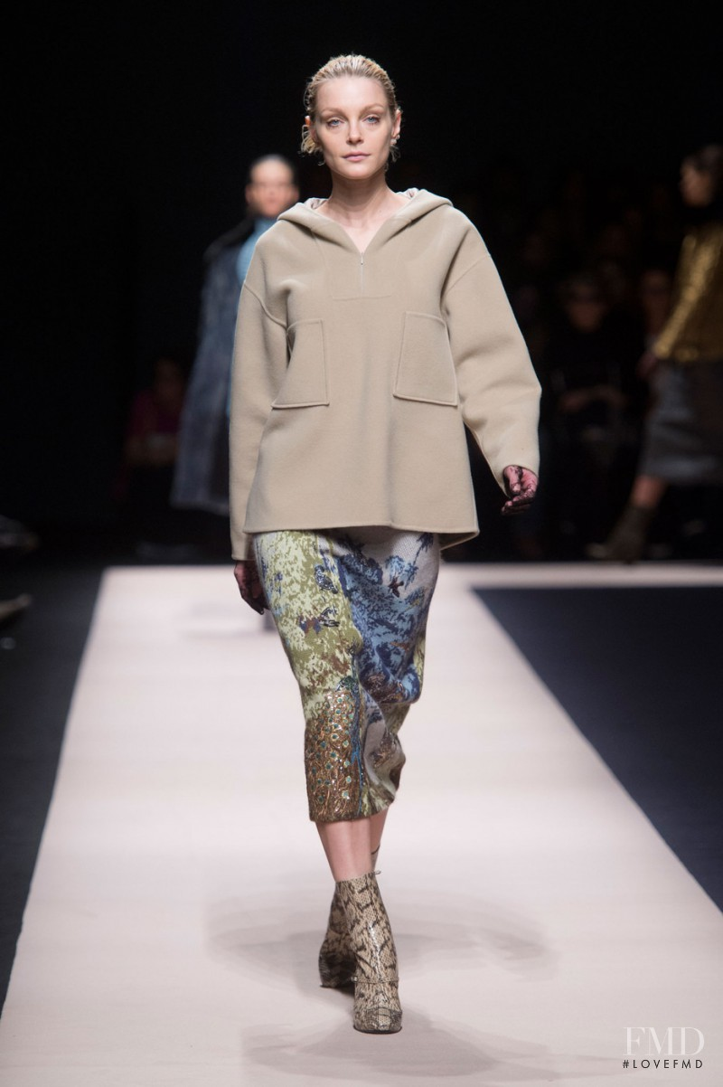 Jessica Stam featured in  the N� 21 fashion show for Autumn/Winter 2015