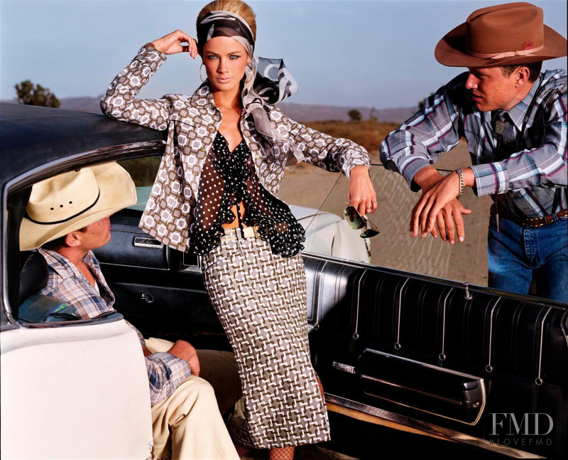 Carolyn Murphy featured in How To Wear Patterns and Prints, April 2000