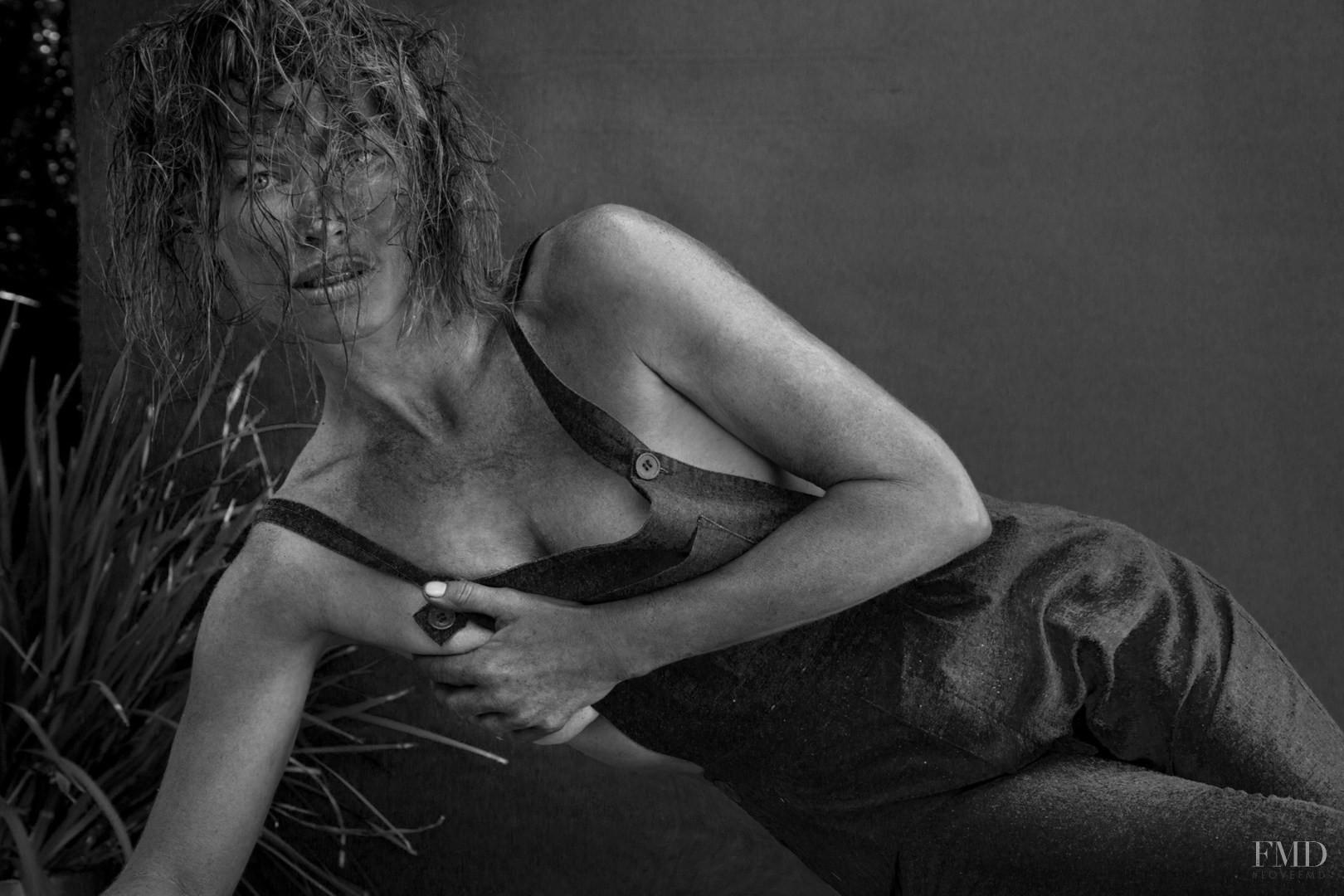 Beyonce sparkles naked for flaunt magazine