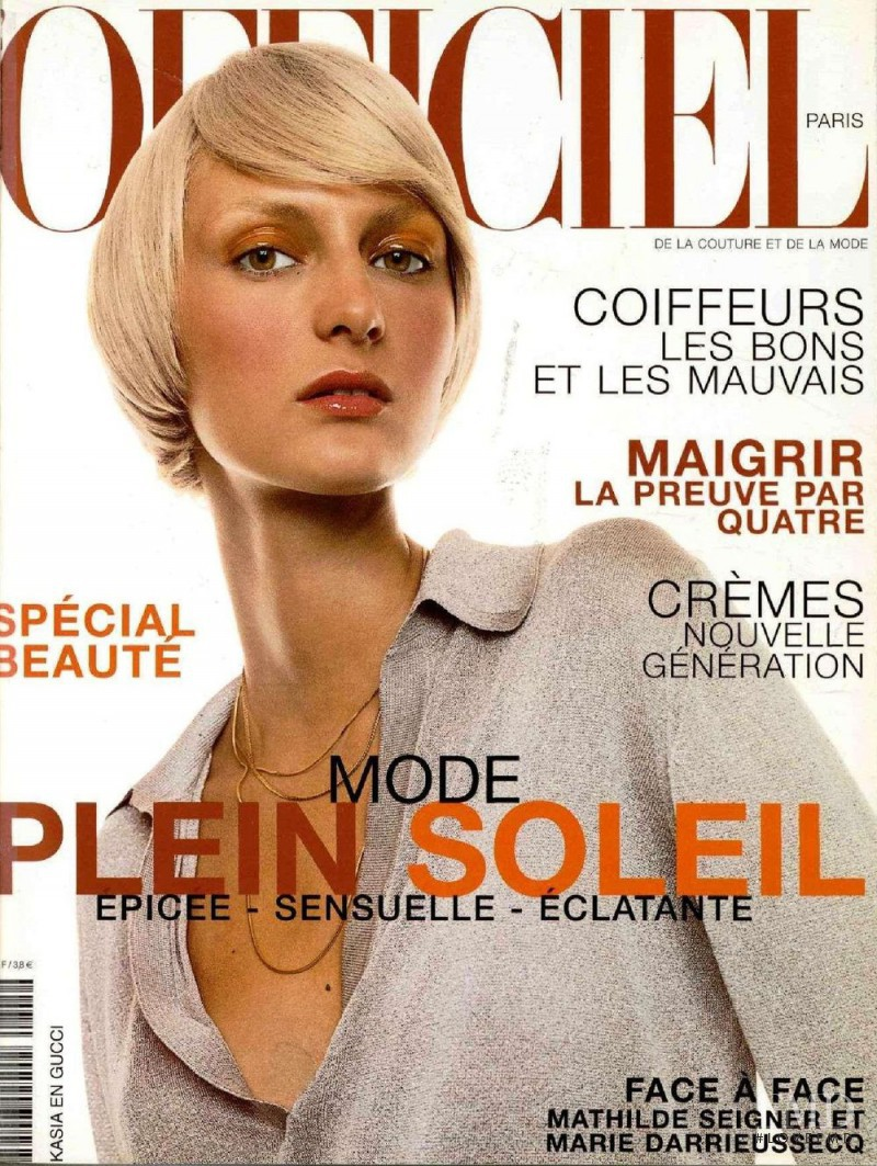 featured on the L\'Officiel France cover from May 2000