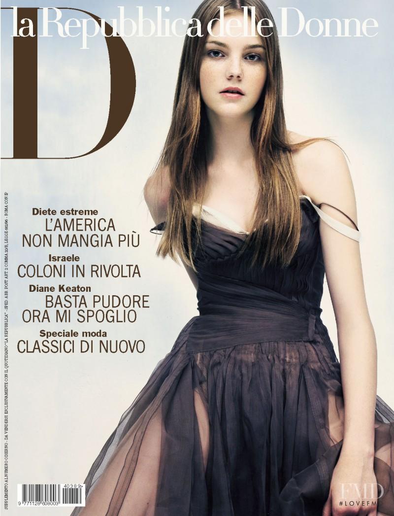 Caroline Trentini featured on the La Repubblica delle Donne cover from February 2004