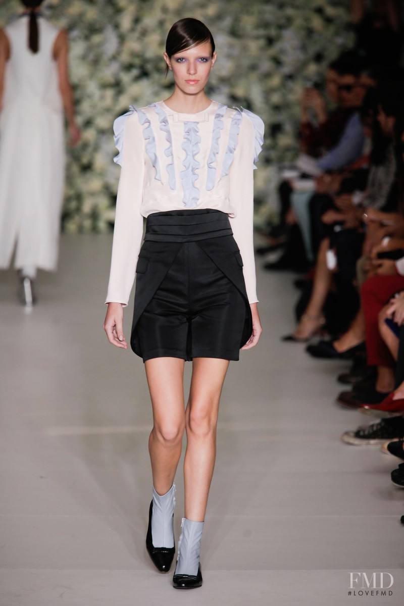 Larissa Mascarenhas featured in  the Reinaldo Louren�o fashion show for Spring/Summer 2016