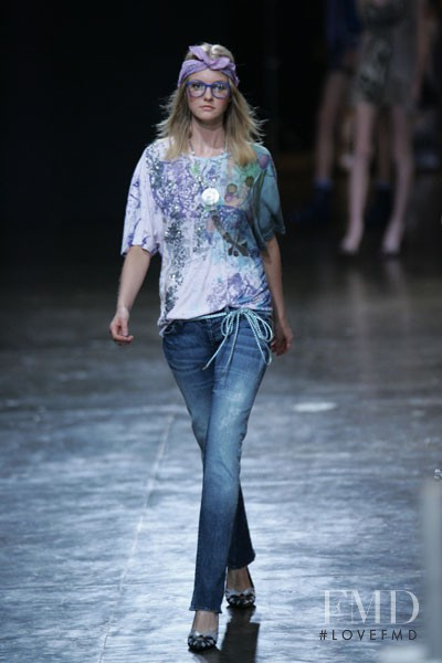 Caroline Trentini featured in  the Ellus fashion show for Spring/Summer 2006